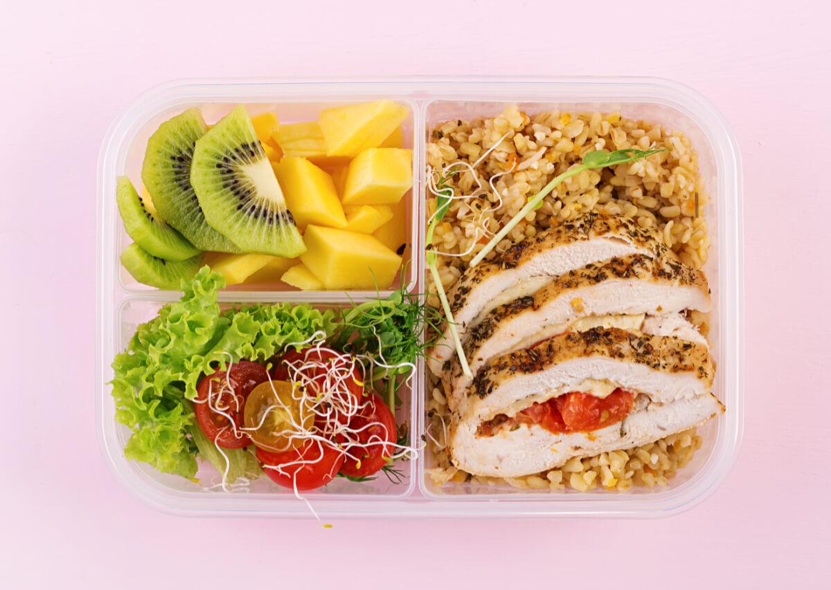 Lunch-box z kurczakiem. Dieta w sportach wytrzymałościowych - czego nie może zabraknąć
