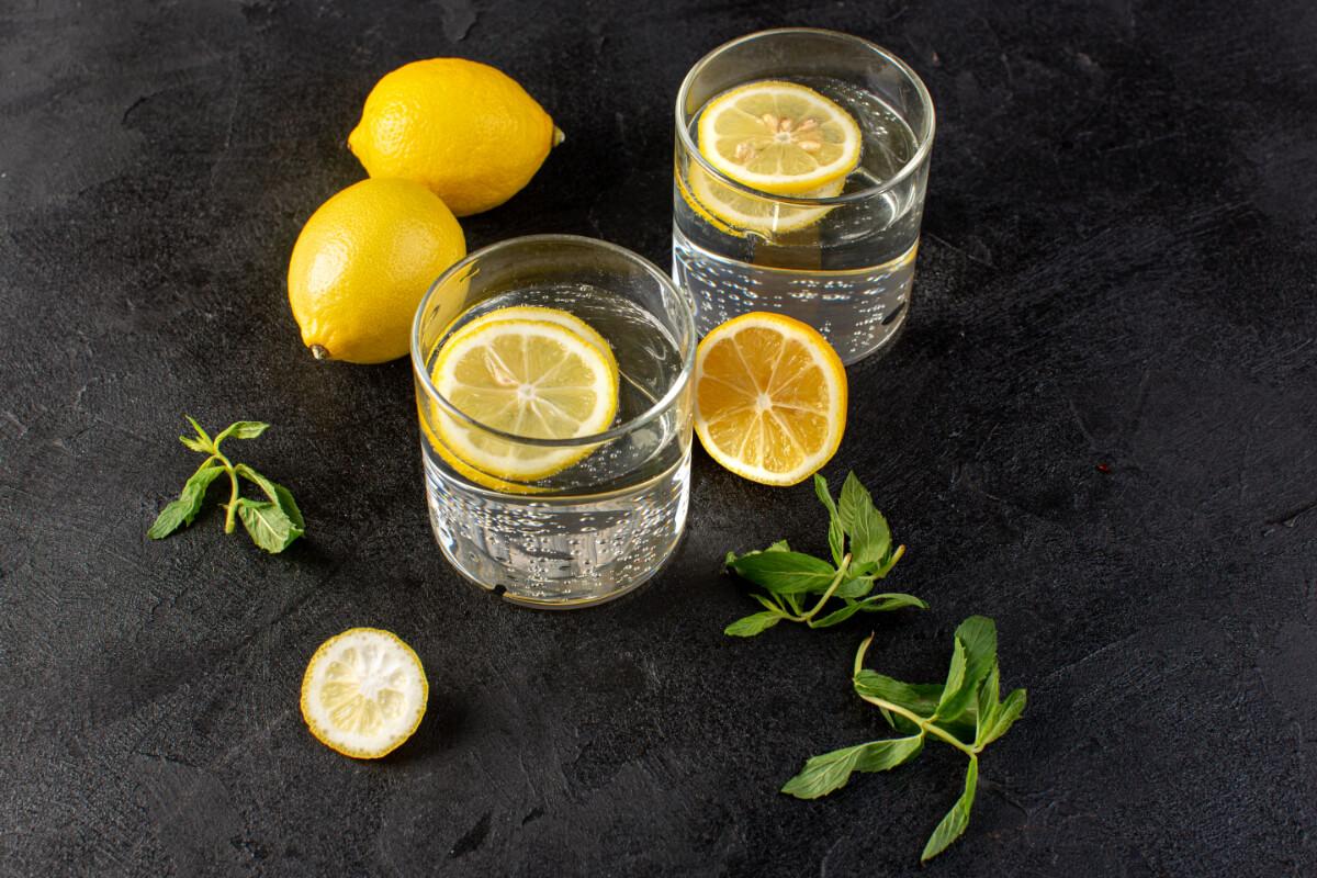 Szklanki z wodą i cytryną. Skuteczne sposoby na kaca