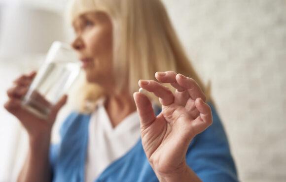 Jakie są skutki uboczne i zagrożenia związane z terapią hormonalną u kobiet?
