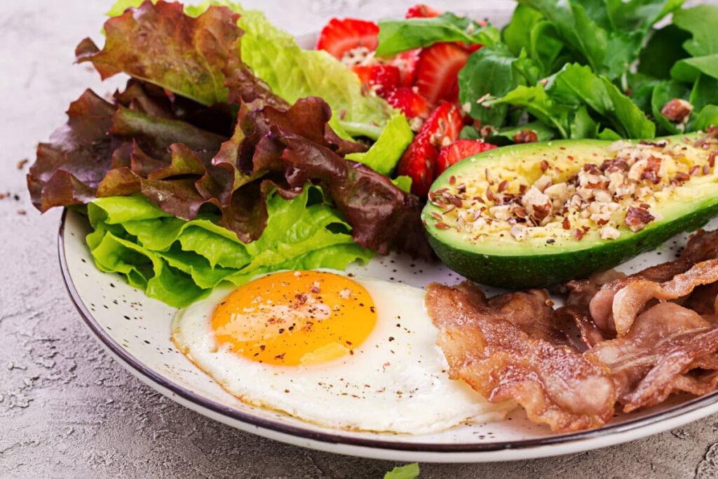 Talerz z produktami z diiety keto. Dieta ketogeniczna - czy dla każdego?