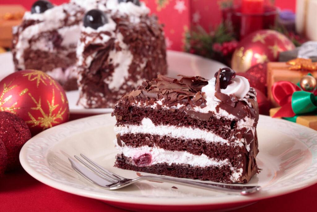Świąteczny stół z ciastem i bombkami. Świąteczna dieta sportowca - czyli co można, a czego lepiej unikać.
