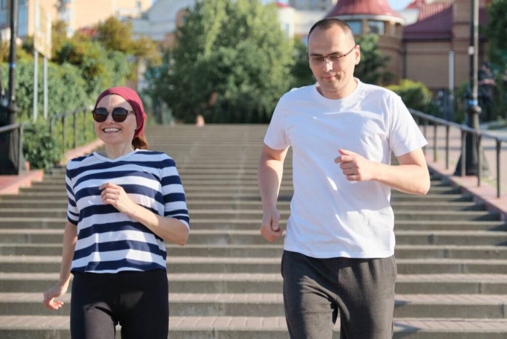 Mężczyzna i kobieta biegną po schodach. Ty też możesz spowolnić proces starzenia się