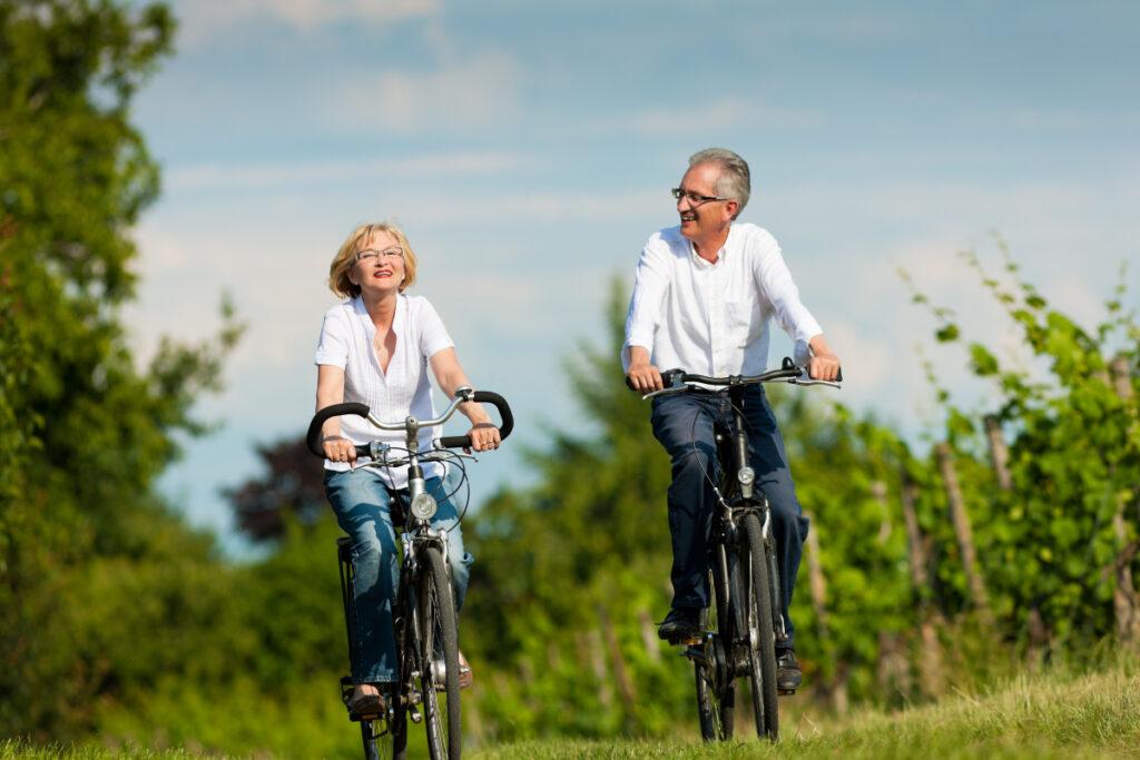 Para w średnim wieku na rowerach. Ty też możesz spowolnić proces starzenia się