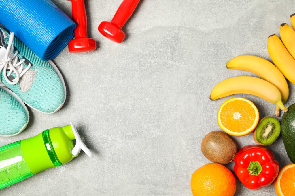 Zestaw do ćwiczeń i warzywa oraz owoce. Dieta czy sport - co jest ważniejsze, aby schudnąć?