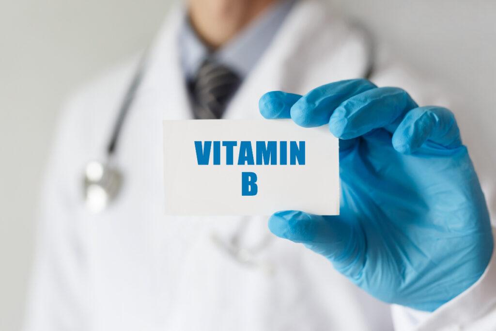Lekarz z kartką z napisem Vitamin B. Witaminy z grupy B - dlaczego są tak ważne?