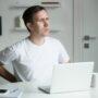 Jak zadbać o kręgosłup przy pracy biurowej? Nie dopuść do zwyrodnienia stawów kręgosłupa