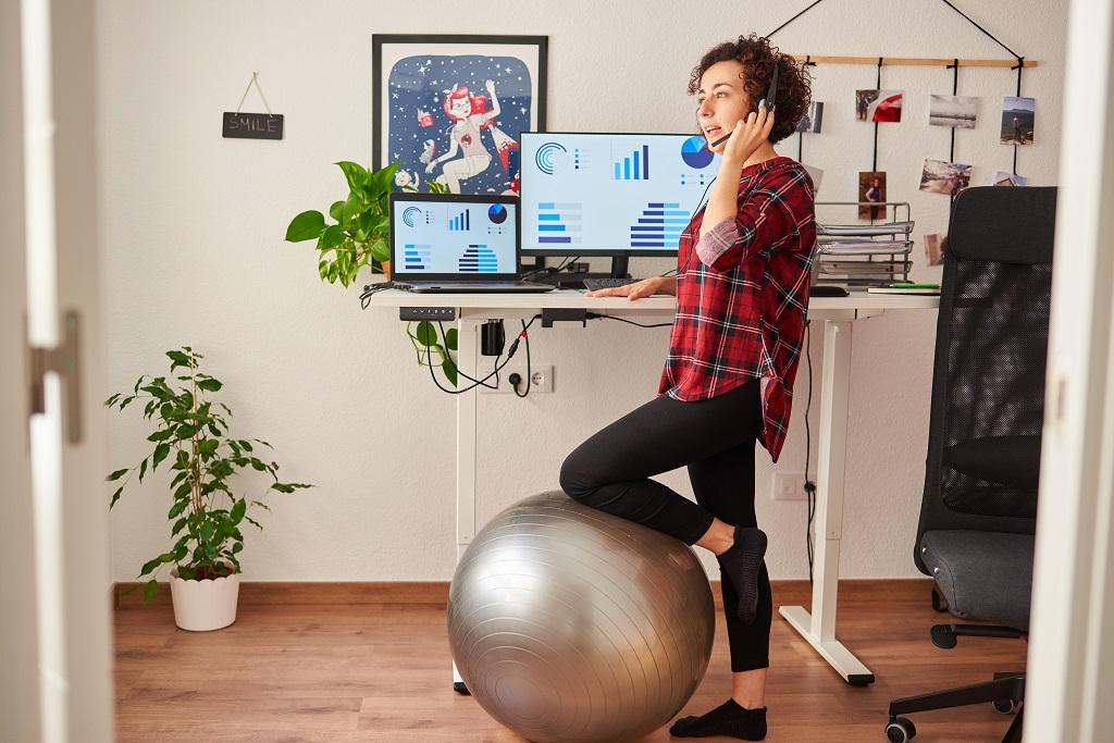 jak zadbać o kręgosłup przy pracy biurowej - ćwiczenia