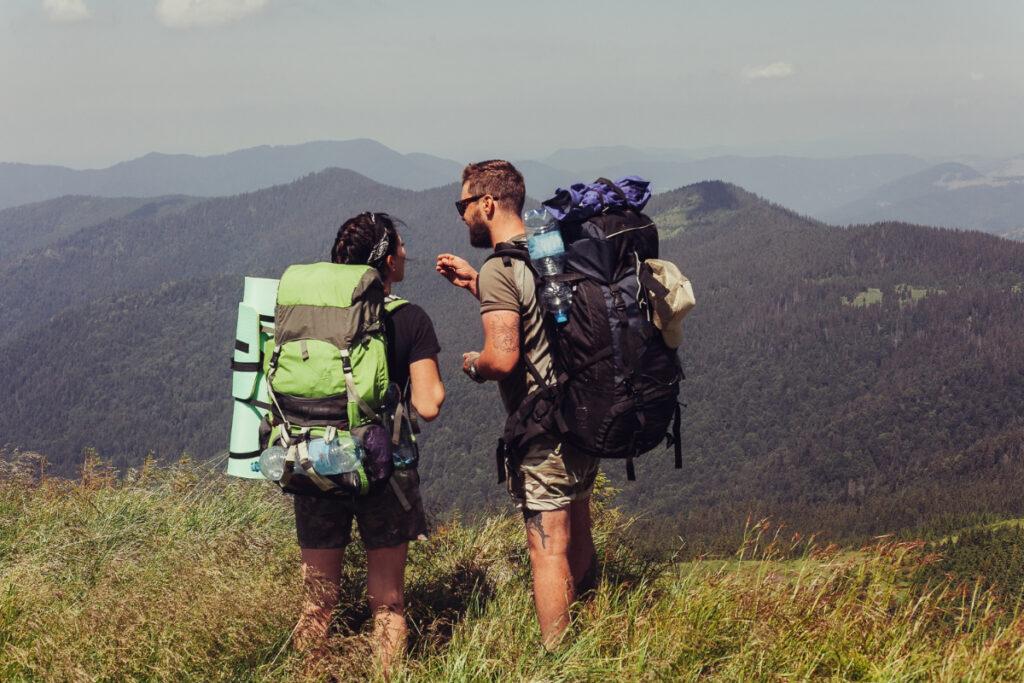 Para turystów w górach. Jak bezpiecznie chodzić po górach i dlaczego warto to robić