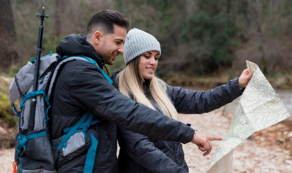 Para turystów patrzy na mapę. Jak bezpiecznie chodzić po górach