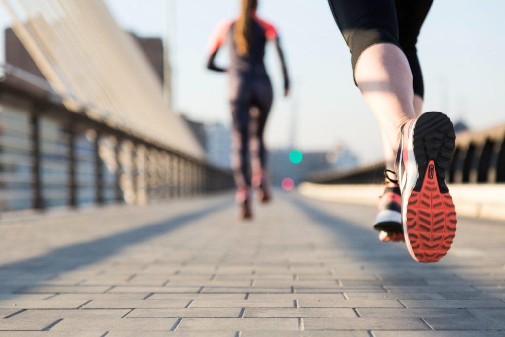 Kobiety trenują przed maratonem. Jak osiągać lepsze wyniki w sporcie