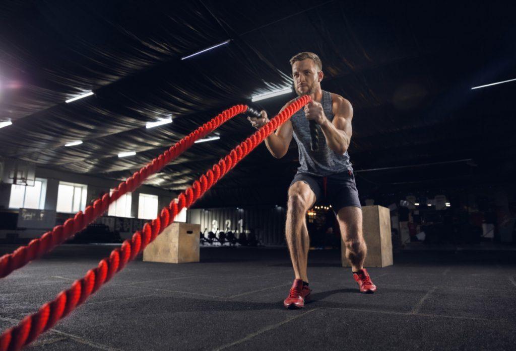 Mężczyzna trenuje z linami. Jak osiągać lepsze wyniki w sporcie