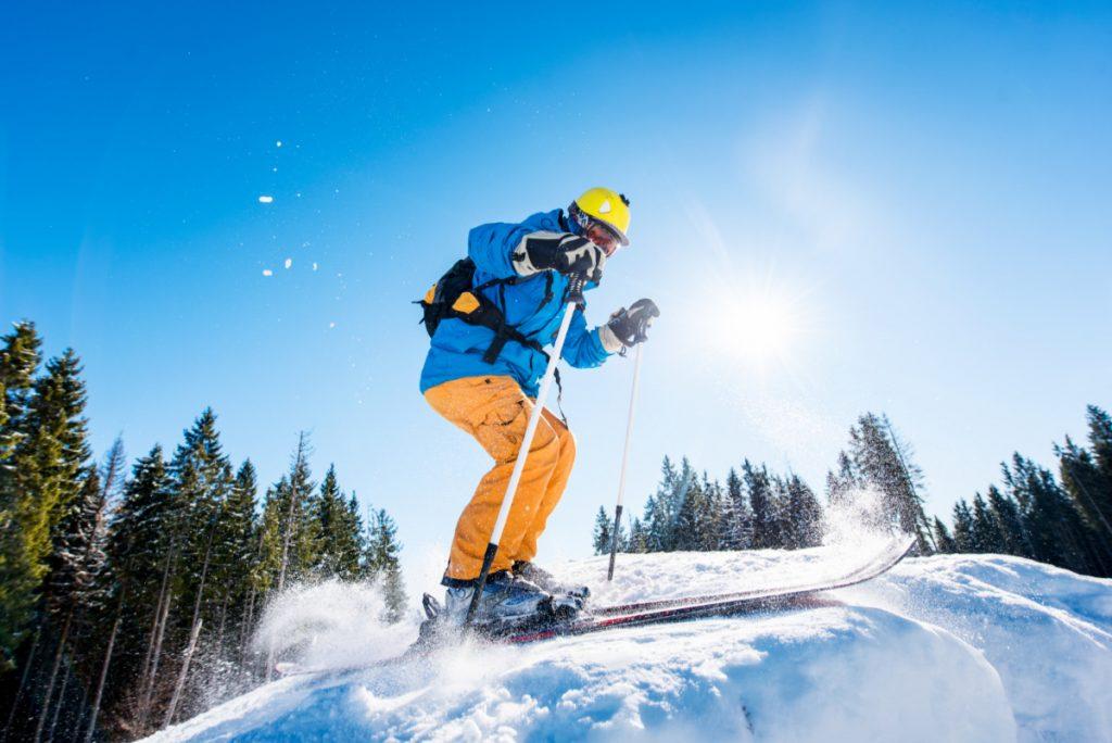 Narciarz na stoku. Jak dobrze przygotować się do sezonu narciarskiego