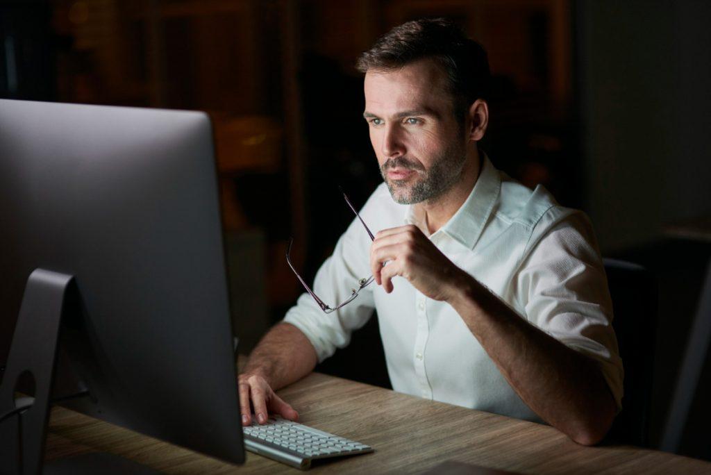Mężczyzna skupiony przed ekranem komputera. Jak szybko poprawić koncentrację i zdolność skupienia