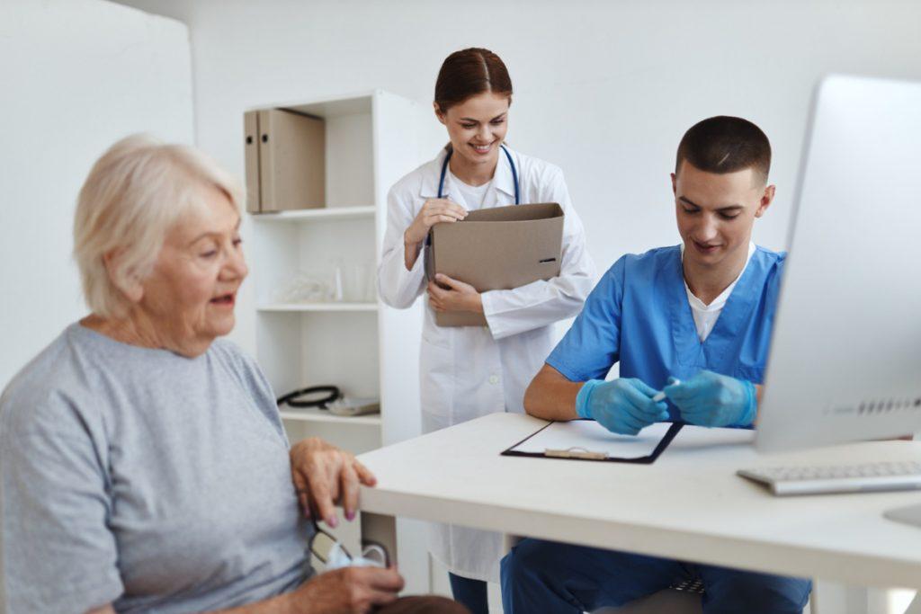 Starsza kobieta u lekarza.  Choroba zwyrodnieniowa stawów - jak się objawia